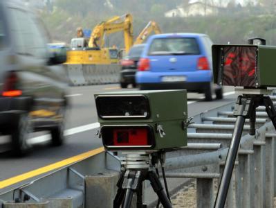 Geschwindigkeitsmessgeräte in der Nähe von Leonberg am Rand einer Autobahnbaustelle. Verkehrssünder müssen künftig auch im EU-Ausland auf der Hut sein.
