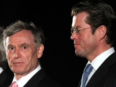 Der ehemalige Bundespräsident Horst Köhler und Verteidigungsminister Karl-Theodor zu Guttenberg bei Köhlers Verabschiedung am 15.6.2010.