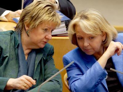 Ministerpräsidentin Hannelore Kraft (r, SPD) und Schulministerin Sylvia Löhrmann (r, Grüne) müssen von nun getrennte Wege gehen. Foto: Oliver Berg