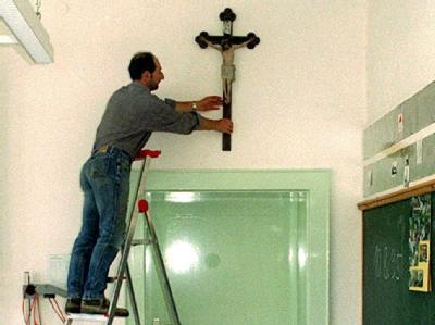 Kruzifix in einem Klassenzimmer in München (Archiv).