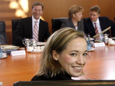 Die neue Bundesfamilienministerin Kristina Köhler (CDU) sitzt am Kabinettstisch.