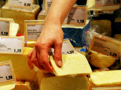 Käse in einer Supermarkt-Kühltheke (Illustration).