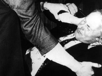 Helfer bemühen sich nach dem Anschlag am 25.4.1990 um Oskar Lafontaine.