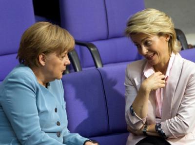 Bundeskanzlerin Angela Merkel (CDU, l) unterhält sich im Bundestag mit Bundesarbeitsministerin Ursula von der Leyen (CDU). (Archivbild)