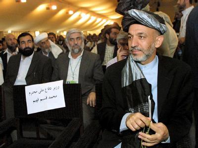 Hamid Karsai in der ersten Loja Dschirga nach dem Sturz des Taliban-Regimes am 14. Juni 2002.