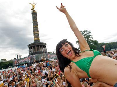 Ausgelassen tanzt eine Raverin an der Siegessäule in Berlin zu hämmernden Bassrhythmen auf der Love Parade (Archivfoto vom 15.07.2007).