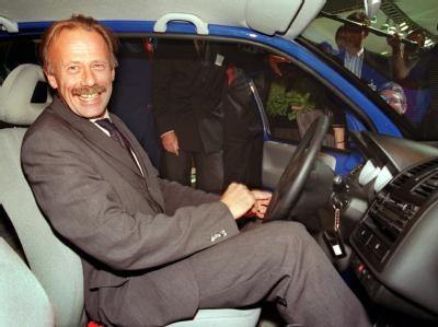Da war er noch Bundesumweltminister und der 3-Liter-Lupo noch ein Hoffnungsträger: Jürgen Trittin sitzt bei der IAA 1999 lachend am Steuer eines Lupo FSI.