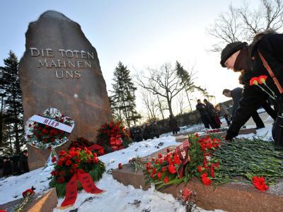 Jahrzehntelang am falschen Ort getrauert? Eine Frau legt in Berlin eine rote Nelke auf das Grab, das bisher als letzte Ruhestätte von Rosa Luxemburg galt.