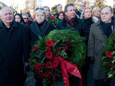 Die Linken-Politiker Lafontaine (l-r), Lötzsch, Ernst und Gysi beim Gedenken an Rosa Luxemburg. Foto: Jörg Carstensen/Archiv