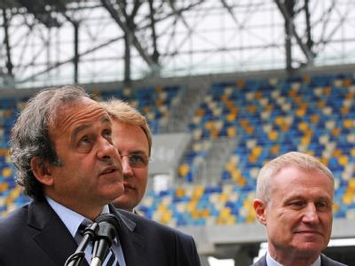 UEFA-Chef Michel Platini und der Präsident des ukrainischen Fußballverbandes Grigoriy Surkis (r.) bei einer Stadionbesichtigung. Foto: Markiian Lyseiko/Archiv