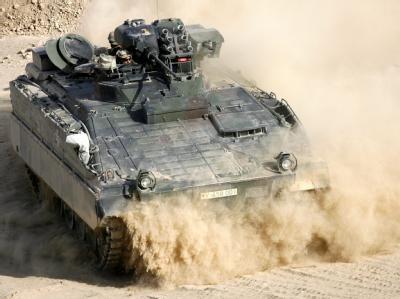 Ein deutscher Marder-Schützenpanzer wühlt sich in Afghanistan durch den Sand.