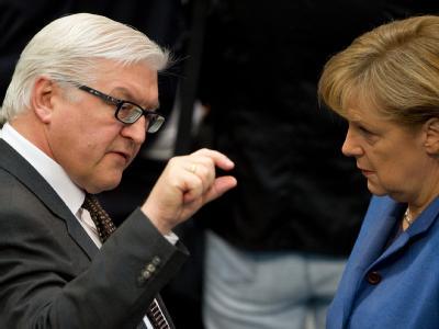 Der Fraktionsvorsitzende der SPD, Frank-Walter Steinmeier und Bundeskanzlerin Angela Merkel (CDU) müssen als Zeugen im Kundus-Untersuchungsausschuss aussagen.