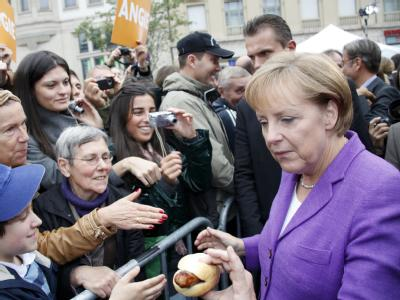 Gruppenbild mit Thüringer Bratwurst: Angela Merkel auf Wahlkampf-Tour in Erfurt.