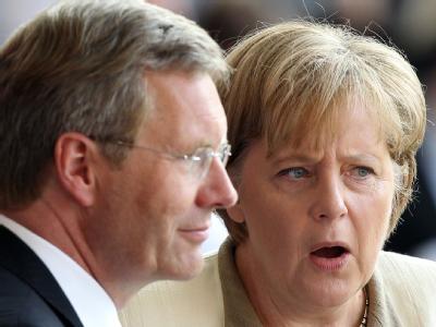 Kein Anlass, sich über Rücktritt und mögliche Nachfolger Gedanken zu machen: Kanzlerin Merkel steht zu Bundespräsident Wulff. Foto: Wolfgang Kumm