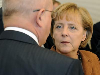 Bundeskanzlerin Angela Merkel im Gespräch mit dem Unions-Fraktionsvorsitzenden Volker Kauder. (Archiv)