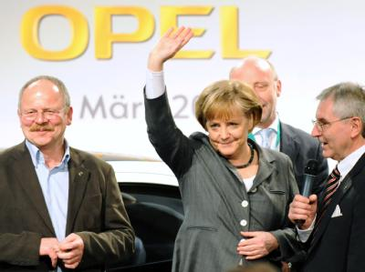 Bundeskanzlerin Angela Merkel lässt sich bei ihrem Opel-Besuch am 31.3.2009 in Rüsselsheim feiern.