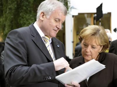 CSU-Chef Seehofer und Bundeskanzlerin Merkel im Gespräch: Seehofer warnt die CDU , beim Gesetzgebungsverfahren zum umstrittenen Betreuungsgeld vom Koalitionskompromiss abzuweichen. Foto: Soeren Stache/Archiv
