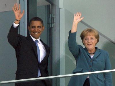 Winkend stehen Angela Merkel und Barack Obama auf dem Balkon des Bundeskanzleramtes in Berlin. (Archivbild vom 24.07.2008)