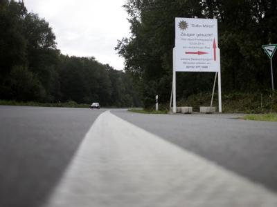 Ein Hinweisschild der «Soko Mirco» der Polizei an der L39 bei Grefrath. Mit dem Hinweisschild sucht die Polizei im Fall des entführten Mirco nach Zeugen.