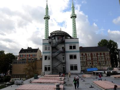 Die Minarette der Centrum-Moschee in Hamburg: Als erstes Bundesland will Hamburg Rechte und Pflichten islamischer Religionsgemeinschaften in einem Vertrag regeln. Foto: Marcus Brandt/Archiv