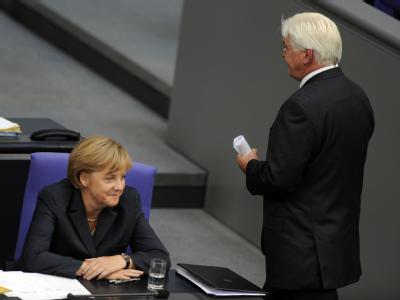 Außenminister und Vizekanzler Frank-Walter Steinmeier geht im Plenarsaal des Bundestages in Berlin an Bundeskanzlerin Angela Merkel vorbei.