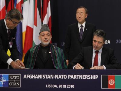 Afghanistans Präsident Hamid Karzai und der NATO-General-Sekretär Anders Fogh Rasmussen mit UN-General-Sekretär Ban Ki-Moon.