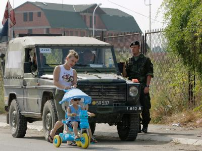 Patrouille der internationalen Schutztruppe KFOR im Kosovo: Der Grenzstreit zwischen dem Kosovo und Serbien hat zu ersten Gewaltopfern geführt. (Archivbild)