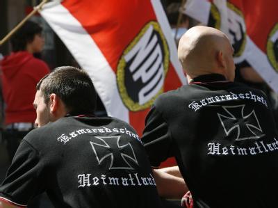 Neonazis bei einem NPD-Aufmarsch (Archivfoto). Rechte Hetzparolen sind nur auf Deutsch strafbar.