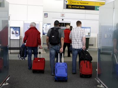 Passagiere am Flughafen Newark bei New York. Dort landete der Co-Pilot die Maschine sicher.