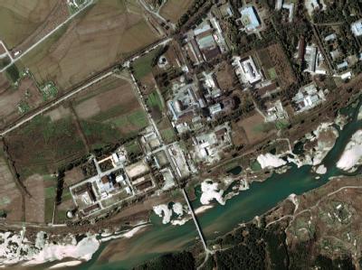 Satellitenfoto des derzeit stillgelegten nordkoreanischen Atomreaktors bei Yongbyon (Archiv).