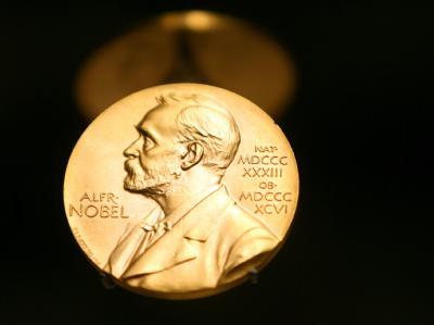 Eine Medaille mit dem Konterfei von Alfred Nobel.