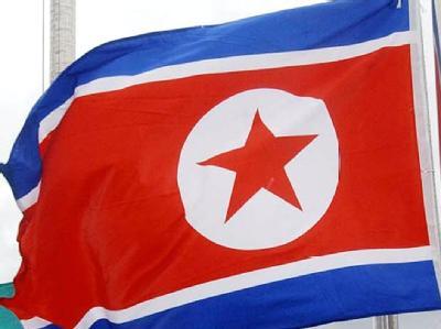 Die nordkoreanische Fahne wird gehisst.
