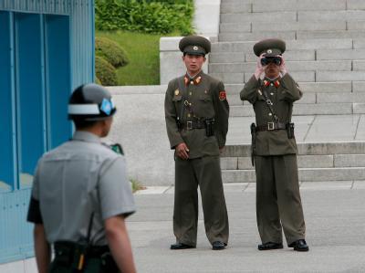 Zwei nordkoreanische Soldaten beobachten einen südkoreanischen Soldaten an der innerkoreanischen Grenze.