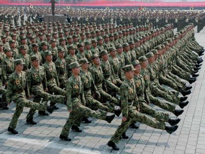 Soldaten der nordkoreanischen Volksarmee marschieren während einer Militärparade in Pjöngjang (Archivbild).