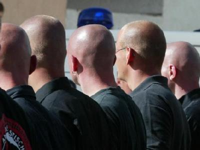 Neonazis bei einer Kundgebung (Symbolfoto).