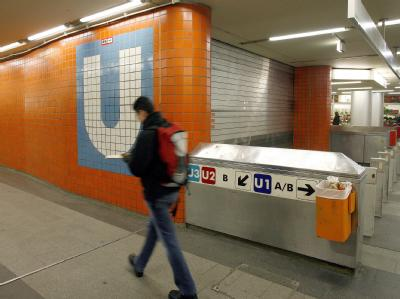Auf einem Nürnberger U-Bahnsteig ist ein 35-jähriger Mann brutal zusammengeschlagen und schwer verletzt worden. (Symbolbild)