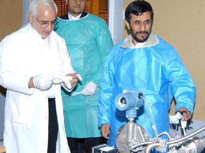 Irans Präsident Ahmadinedschad (r.) bei einem Besuch der Uran-Anreicherungsanlage in Natans (Archivfoto vom 15.02.2006).
