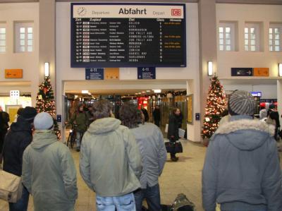 Zuggäste warten am Donnerstag auf verspätete Züge. (Archivbild)