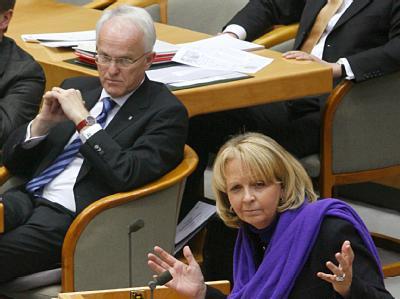 CDU-Ministerpräsident Rüttgers (l) und SPD-Spitzenkandidatin Kraft stehen (noch) nicht im Zentrum der Aufmerksamkeit der NRW-Wähler.