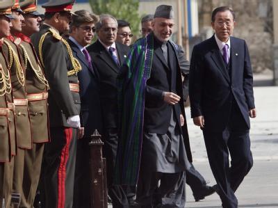 Neu-Präsident Hamid Karsai und UN-Generalsekretär Ban Ki Moon (r) in Kabul.