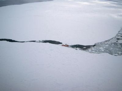 Der russische Fischtrawler «Sparta» ist rund 3700 Kilometer südöstlich von Neuseeland gegen einen Eisberg geprallt. Foto: United States Air Force