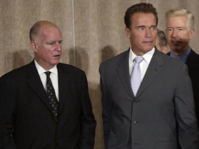 Der Demokrat Jerry Brown (l) löst den Republikaner Arnold Schwarzenegger als Gouverneur von Kalifornien ab. (Archivbild)