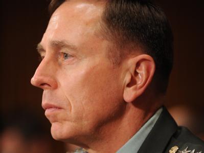 Die USA bereiten laut General David Petraeus Militärschläge gegen gegen iranische Atomanlagen vor.