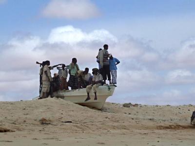 Freibeuter in Lauerstellung: Somalische Piraten warten am Strand auf einen Beutezug. (Archivbild)