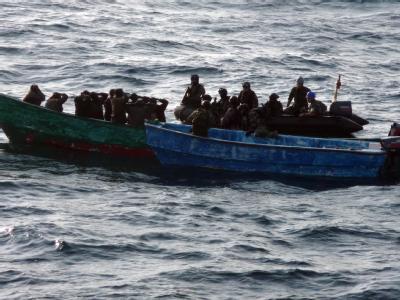 Somalische Piraten vor der ostafrikanischen Küste: Den Piraten wird vorgeworfen auf das US-Kriegsschiff USS Nicholas gefeuert zu haben (Archiv).