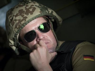 Bundesverteidigungsminister Guttenberg bei einem Truppen-Besuch in Kundus im August. Guttenberg hat die Bundeswehr im nordafghanischen Char Darah besucht.