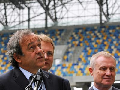 Verteidigt trotz der Kritik erneut die Vergabe der Gastgeberrolle an die Ukraine. UEFA-Chef Michel Platini und der Präsident des ukrainischen Fußballverbandes Grigoriy Surkis (r.) bei einer Stadionbesichtigung. Foto: Markiian Lyseiko/Archiv