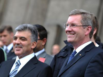Bundespräsident Christian Wulff und der türkische Präsident Abdullah Gül (r) sind ins zentralanatolische Kayseri gereist.