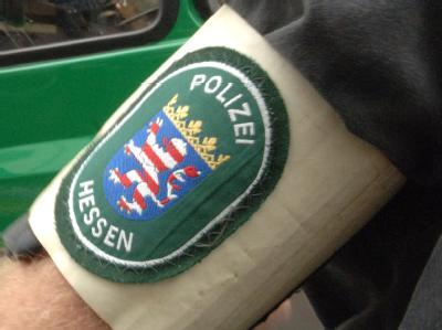 Ein hessischer Polizeibeamter im Einsatz.
