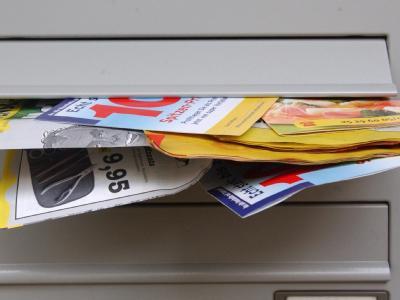 Ein Briefkasten quillt über: Unerwünschte Reklame werden schon lange als Belästigung empfunden. Foto: Siewert Falko/Archiv